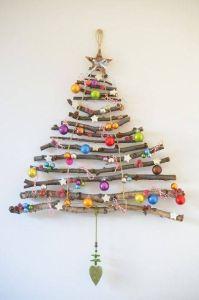 árboles de navidad originales con bolas brillantes de colores