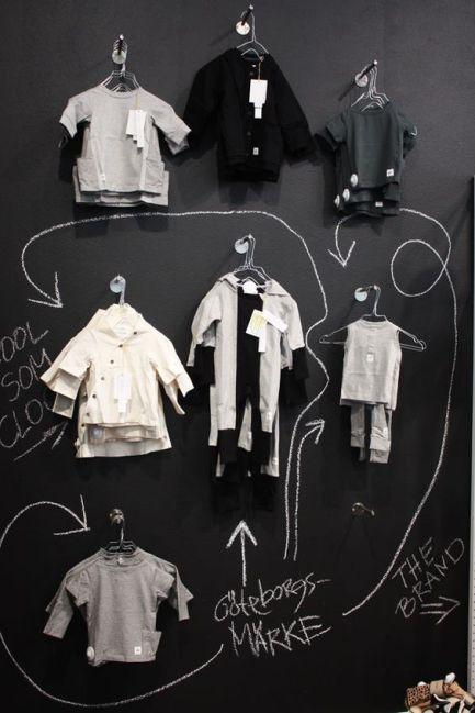 Exposición en blanco y negro sobre pared