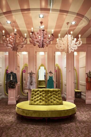 Probadores en tienda de lujo con experiencia de compra memorable