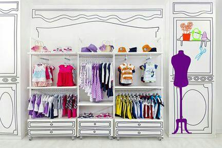 Pared en interior de tienda de ropa de niños