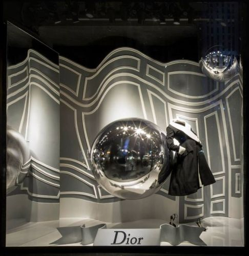 Escaparatismo creativo de tendencia donde se utiliza la bola de espejo como elemento principal
