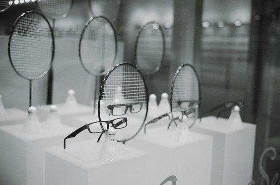 Escaparate de gafas ambientado en el deporte con raquetas