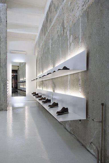 Repisa de interior de tienda retroiluminada creando un foco de atención