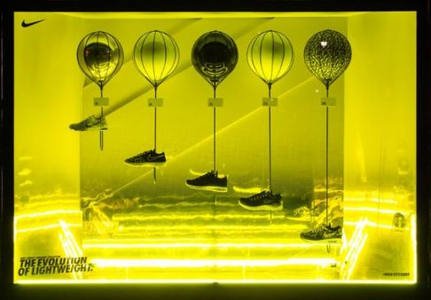Escaparate deportivo con elementos de luz LED imitando al neón